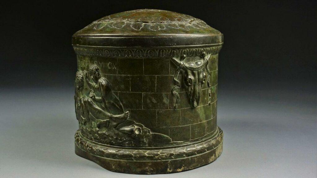Urne d'Hirtius, soi disant découverte en 1834 à Bavay par Hector Bochard