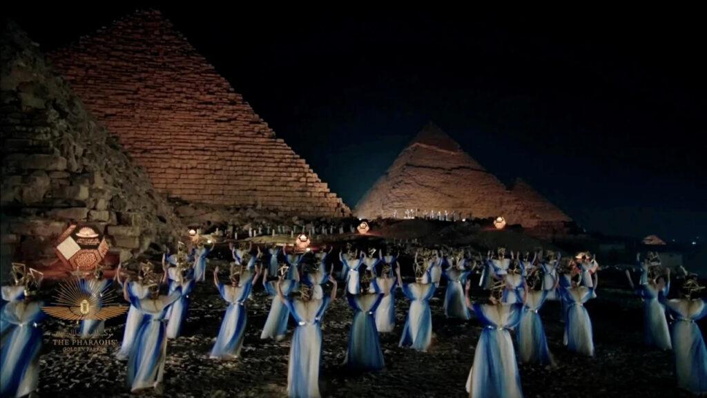 Performance artistique aux pieds des pyramides