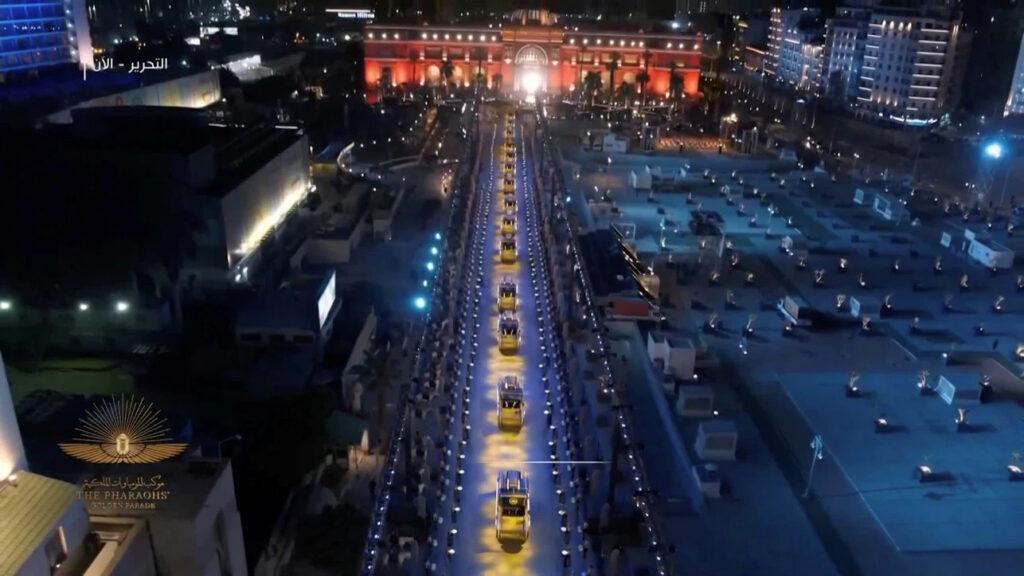 Vue du défilé depuis le Musée du Caire (Place Tahrir)