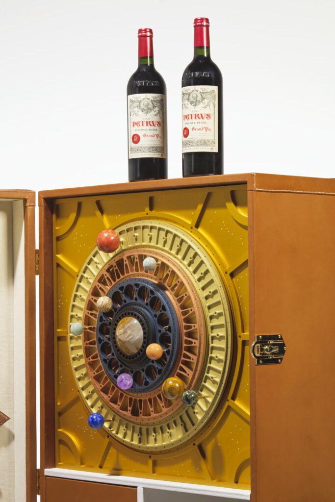 La malle fabriquée par les Ateliers Victor renfermant les deux bouteilles de Petrus