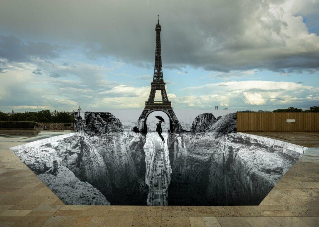 Le nouveau collage de JR sur l'esplanade du Trocadéro