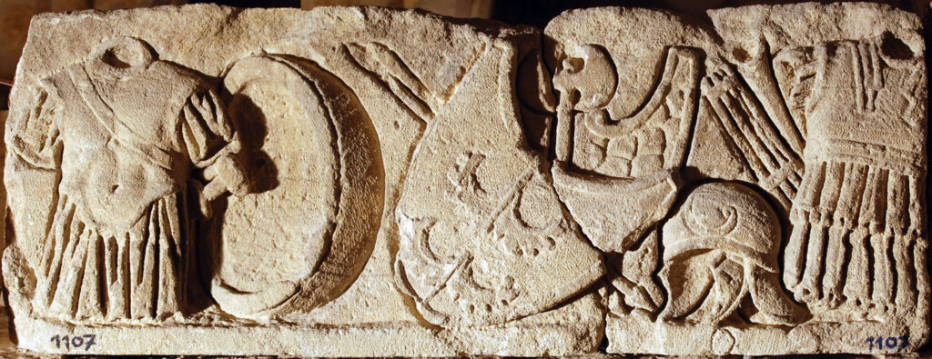Bas-relief représentant une frise d'armes, 1er siècle de notre ère