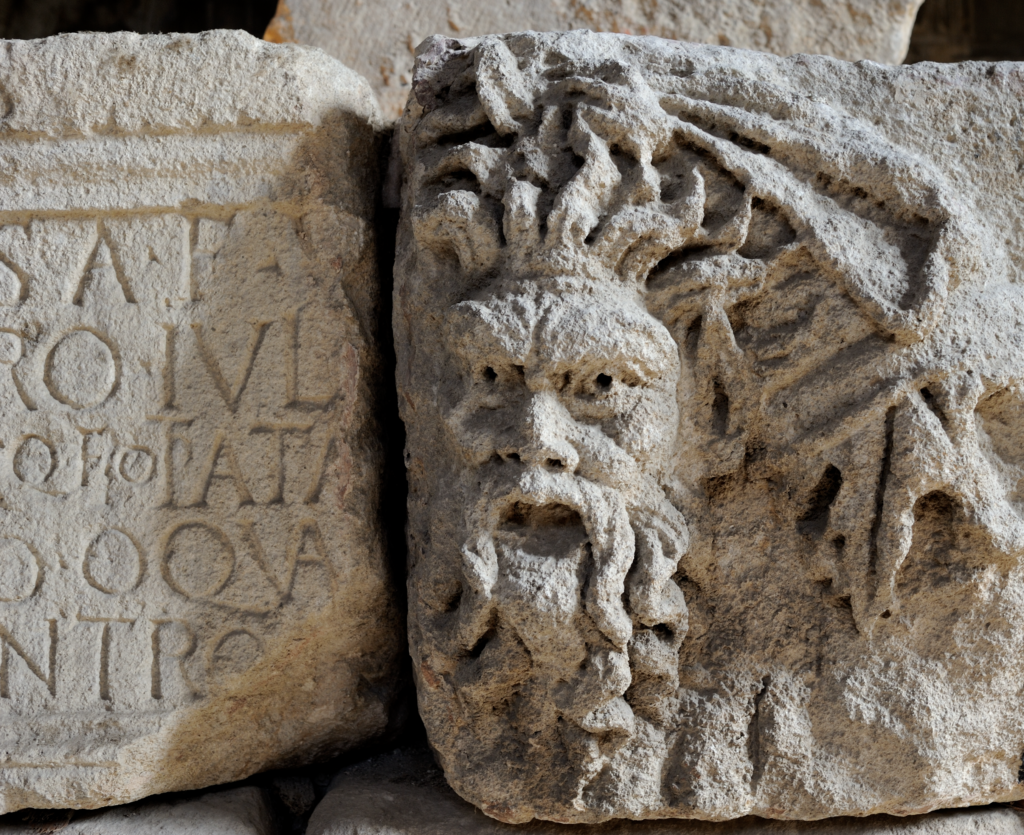 Bas-relief représentant une tête de faune soutenant une guirlande, 1er siècle de notre ère