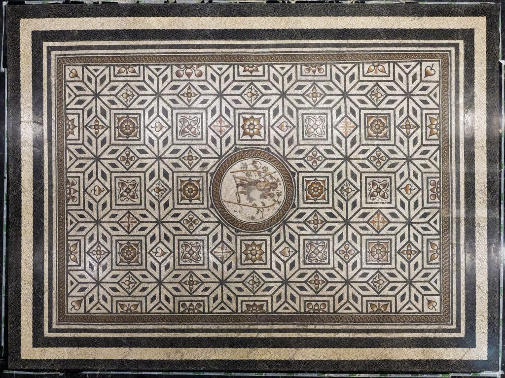 Mosaïque découverte à Narbonne, représentant dans le médaillon central Bacchus ivre, IIe siècle ap. J.-C.