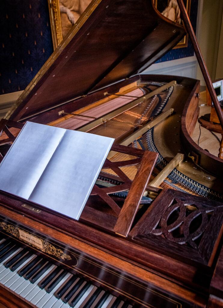 Piano dans le salon de musique - Villa du Temps retrouvé