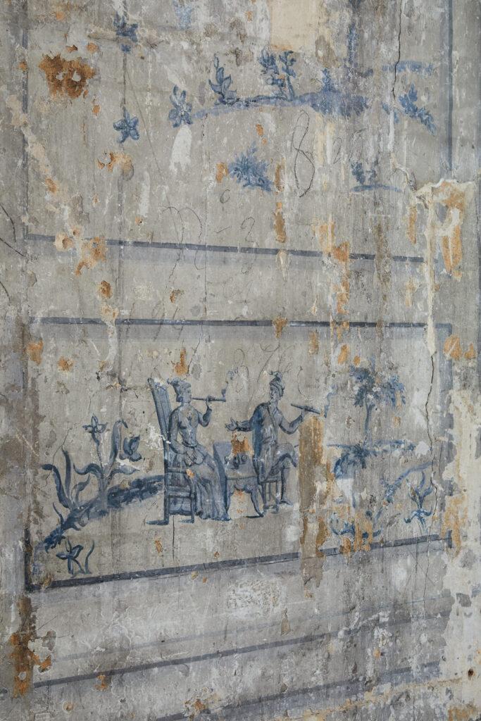 Peinture murale recouverte par une boiserie