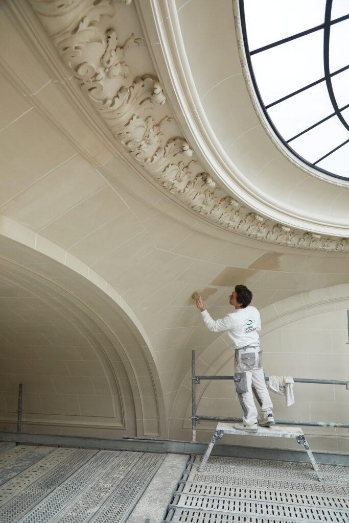 Restauration en cours du plafond de l'escalier Luynes
