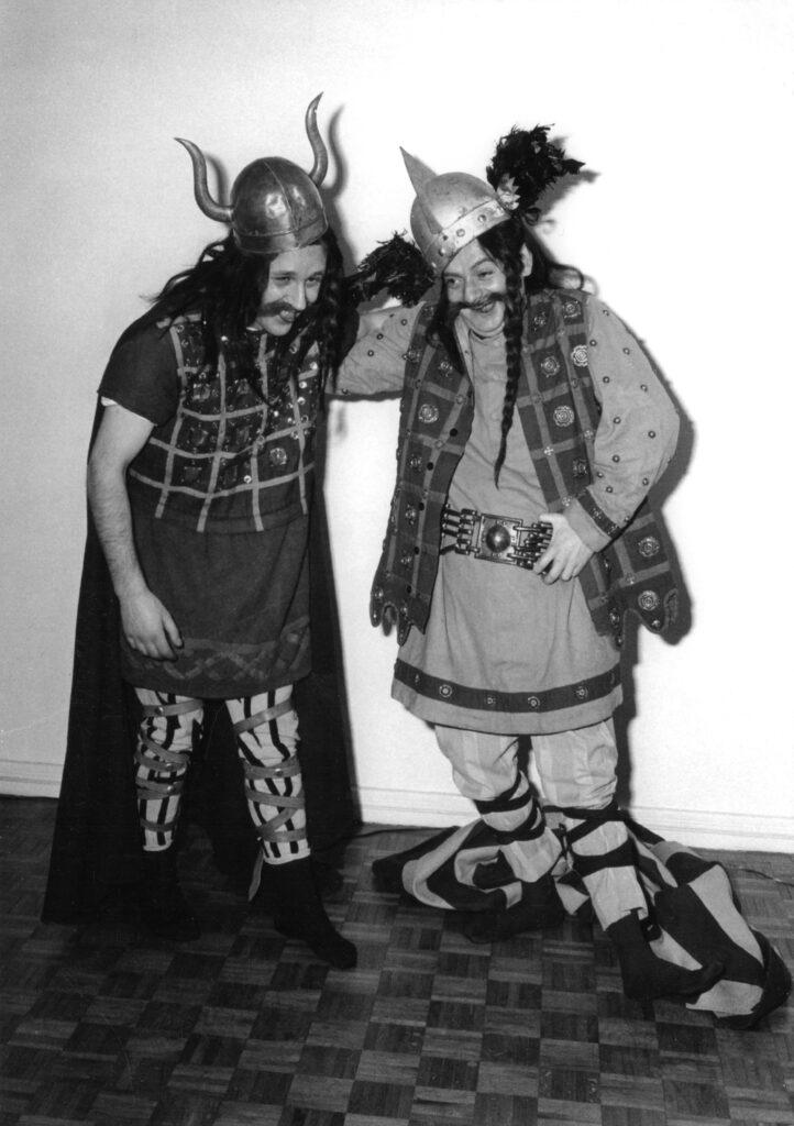 Albert Uderzo et René Goscinny déguisés en Gaulois à Paris, 1960