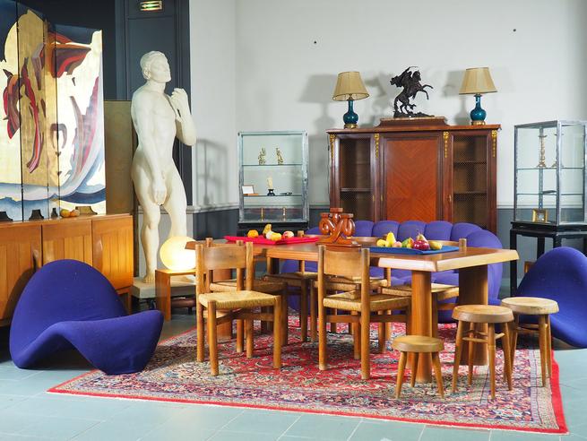 Vente de mobilier Charlotte perriand, Pierre Paulin et Maison Regain