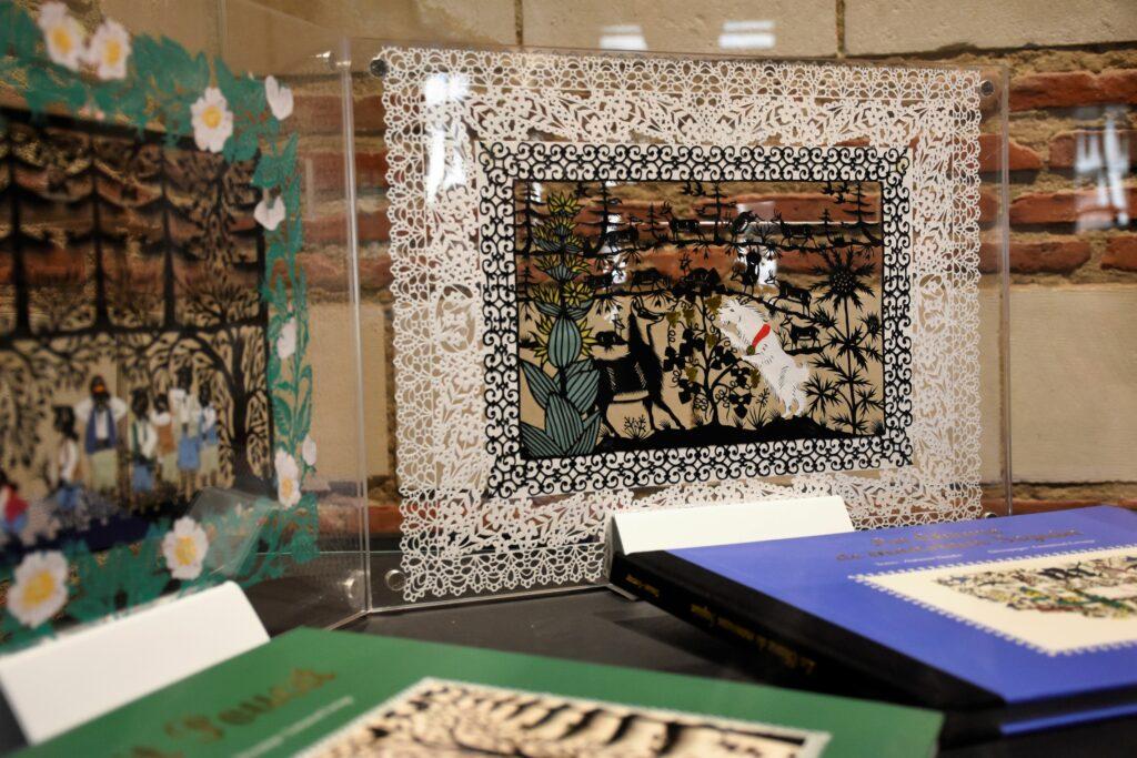 Vue de l'exposition Dans les petits papiers