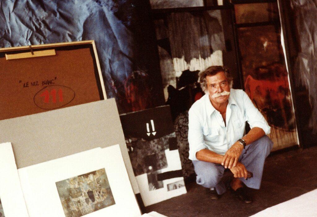 Antoni Clavé dans son atelier d'été, Saint Tropez, 1982