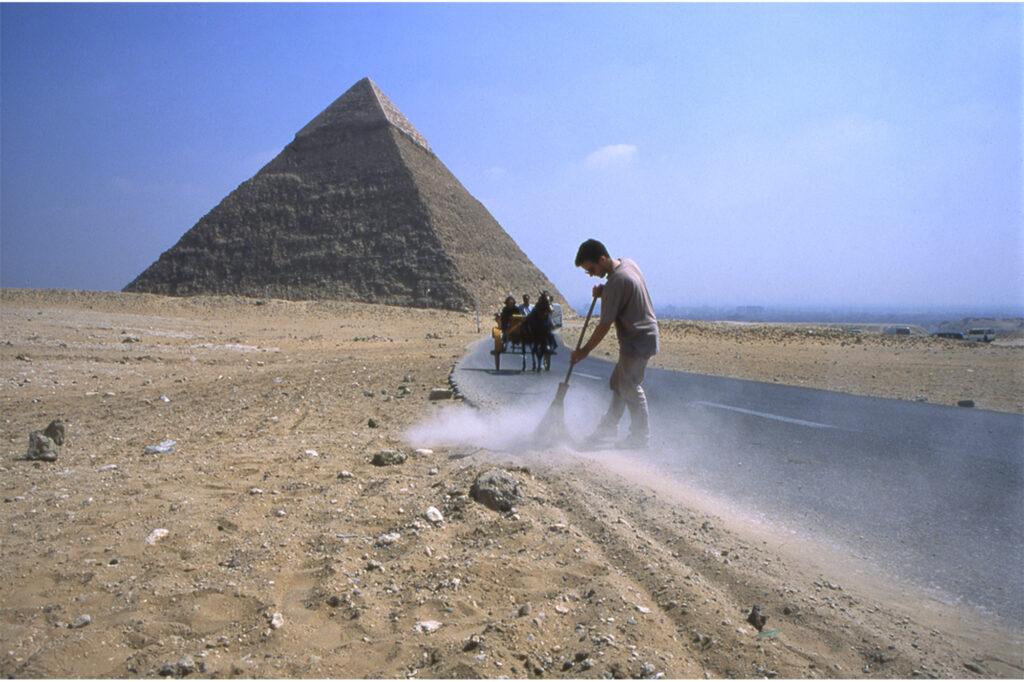 Régis Perray, Balayage de la route occidentale, Gizeh, Egypte, mars 1999