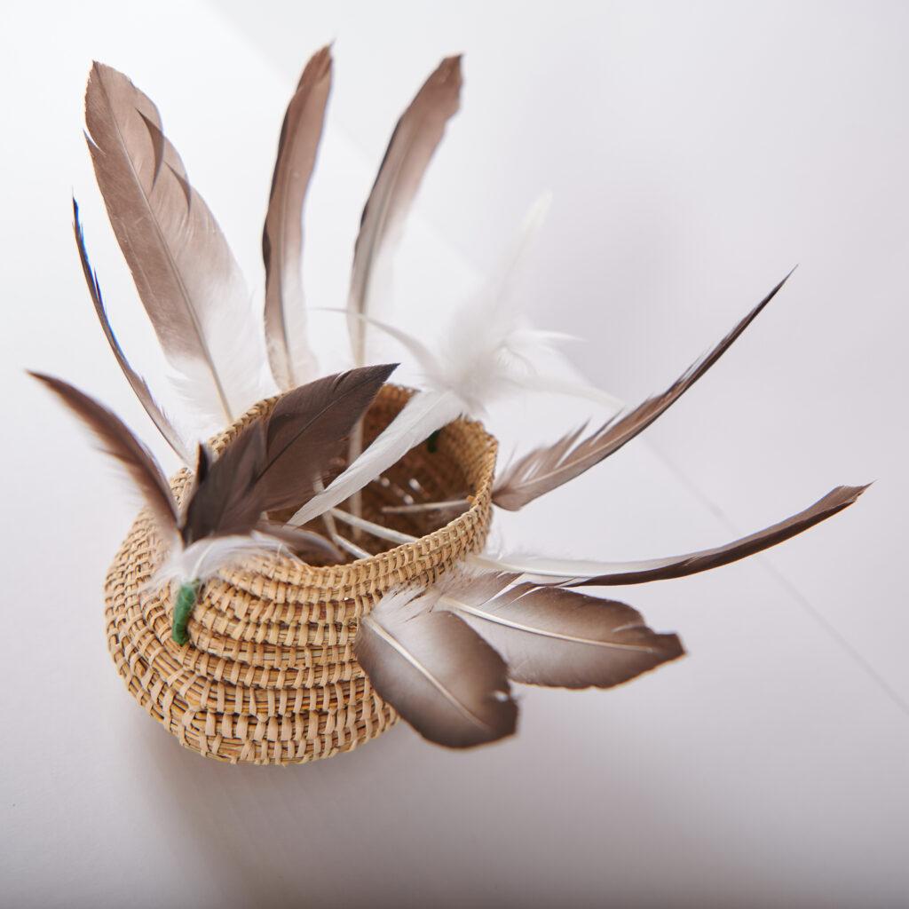 Vannerie fichée de plumes, Aunty Ellen Trevorrow - Groupe des Ngarrindjeri, South Australia (Murray River area)