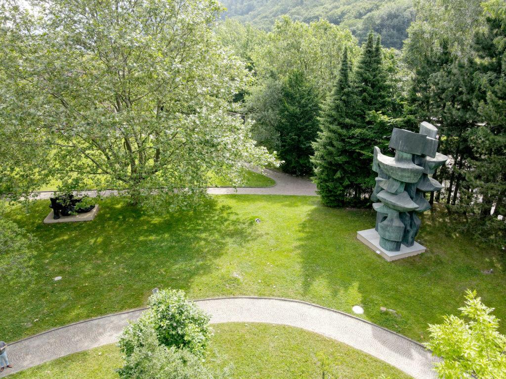 Vue du parc de sculptures de la Fondation