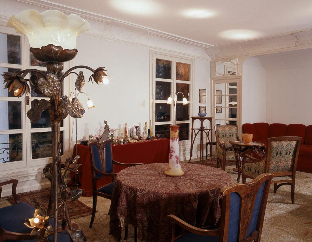 Salon Leonor Fini, vue vers la table aux objets