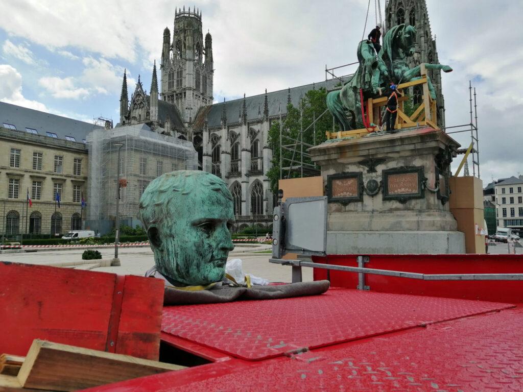 """Les restaurateurs ont pris le soin de """"raccourcir"""" l'Empereur avant de desceller la statue"""