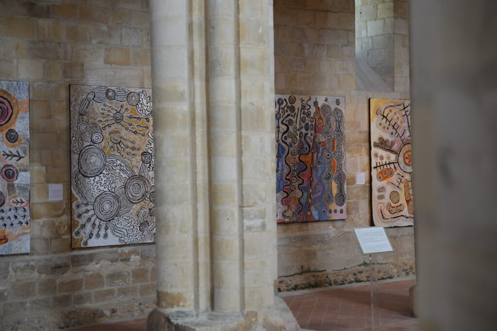 Vue de l'exposition Australie, Abbaye de Graville