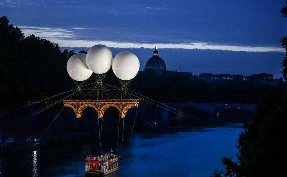 vue-du-pont-ephemere-en-carton-cree-par-l-artiste-olivier-grossetete