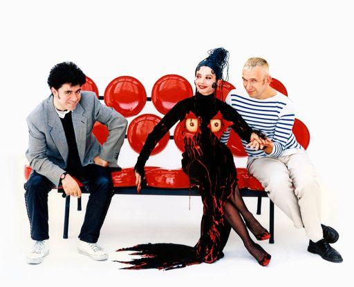 Pedro Almodóvar, Victoria Abril et Jean-Paul Gaultier sur le tournage du film Kika, 1994
