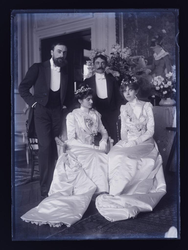 Portrait des couples: Ernest Rouart, Julie Manet et Paul Valery, Jeannie Gobillard (de haut en bas et de gauche à droite), pris le jour de leur double mariage, le 31 mai 1900