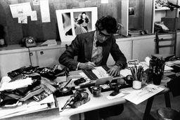 Yves Saint Laurent à son bureau, studio du 5 avenue Marceau, Paris, 1976