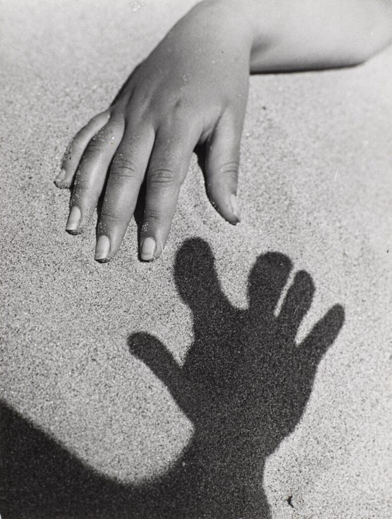 Pierre Boucher, Main et son ombre sur le sable, 1942