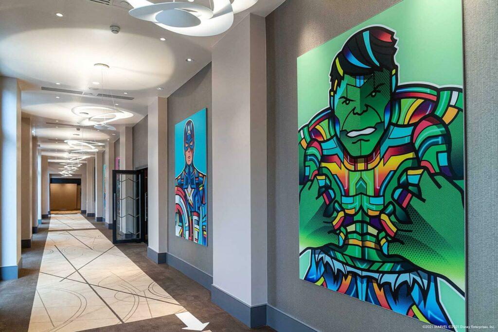 Couloir (de droite à gauche : Hulk, Captain America)