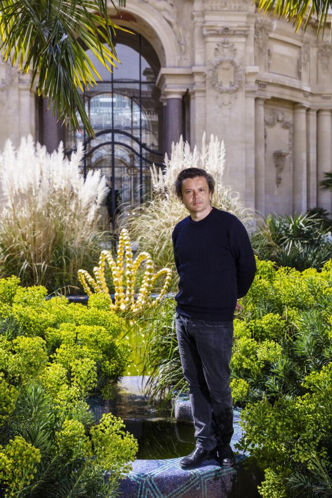 Portrait de Jean-Michel Othoniel devant son Golden Lotus, 2019