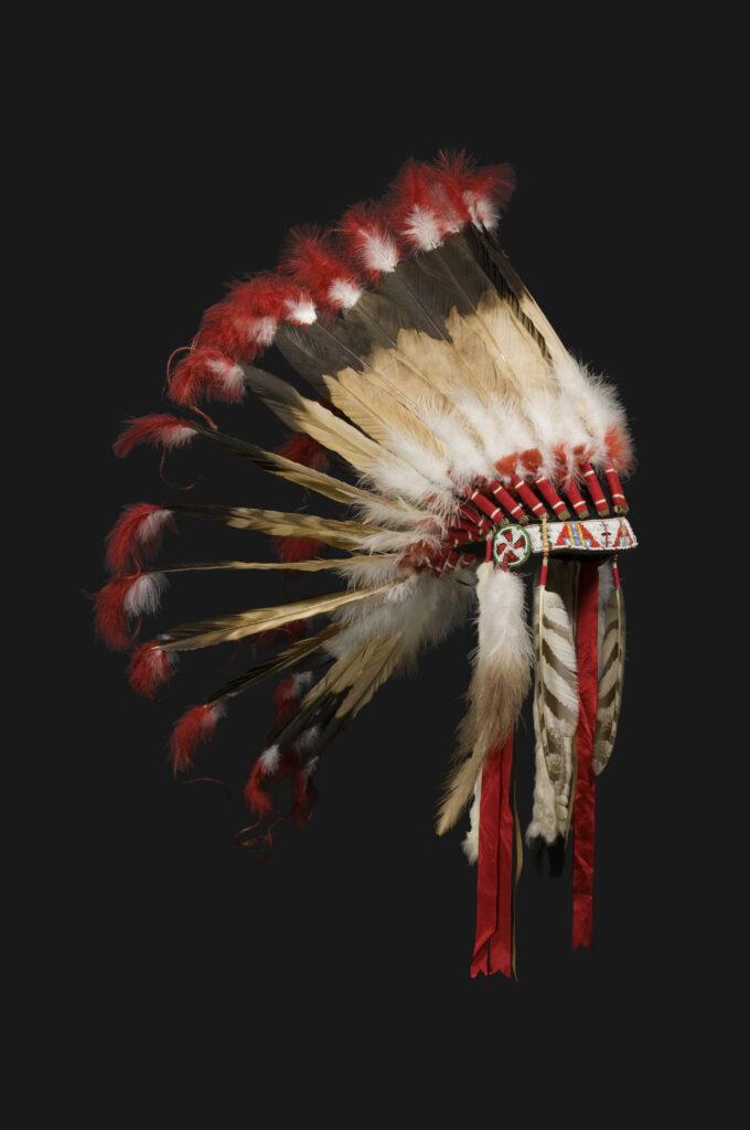 Sur la piste des Sioux exposition, Bonnet de guerre, 1935,