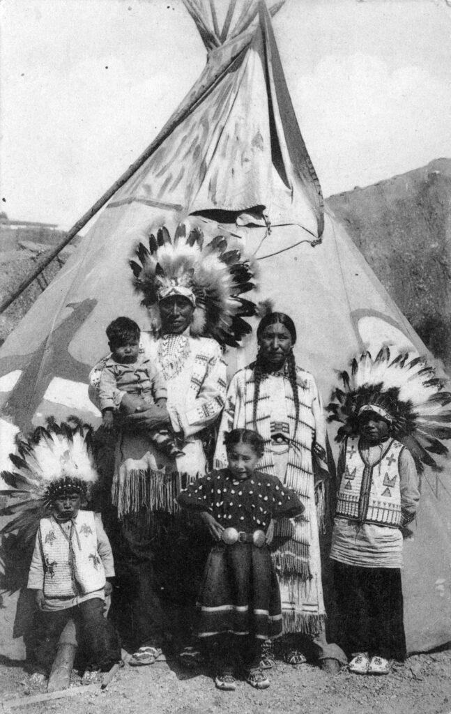 Sur la piste des Sioux, La famille Little Moon au village indien de Bruxelles en 1935
