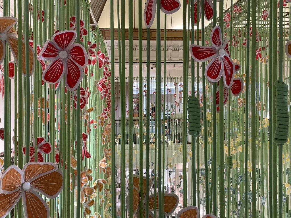 Installation Porte-bonheurs de Thebe Magugu au Bon Marché Rive Gauche